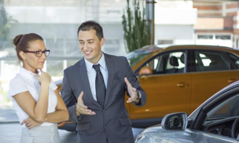 Según los distribuidores, las débiles ventas de autos en el país también se atribuyen a autos seminuevos o importados que se ofrecen a precios más baratos. (Foto: Getty Images)