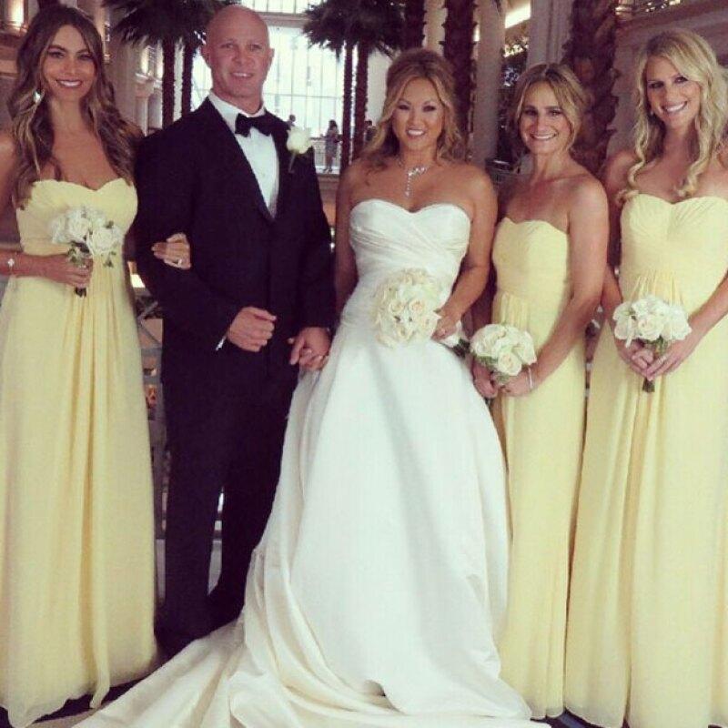 Antes de vestirse de novia, la actriz primero se convirtió en bridesmaid para una de sus mejores amigas, luciendo un hermoso vestido amarillo.