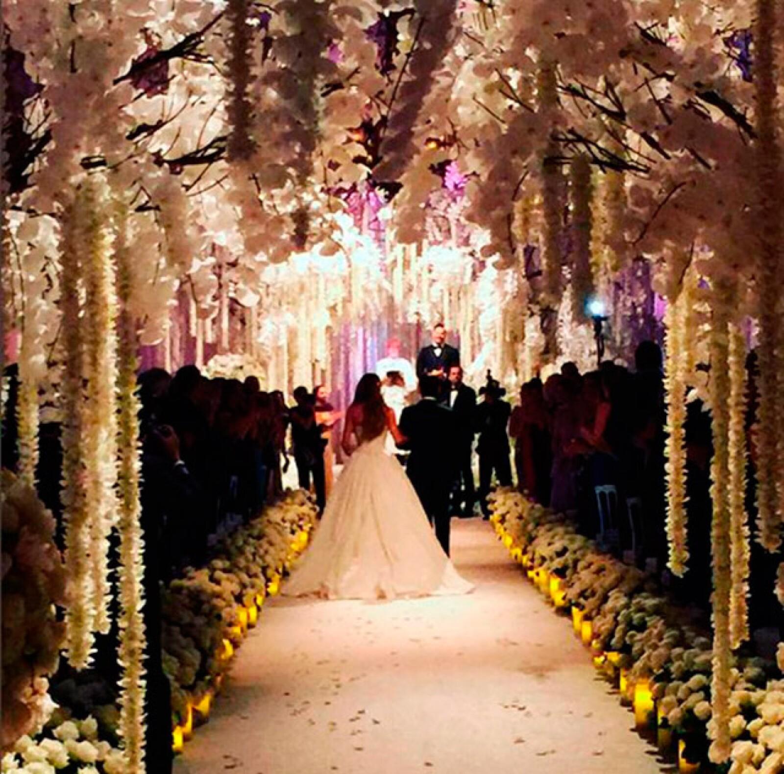 La hermosa y romántica decoración del lugar se logró con velas y flores blancas en la ceremonia.