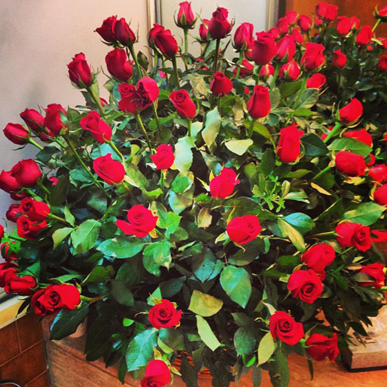 Más tarde presumió el arreglo floral que Pepe le mandó para celebrar su amor.