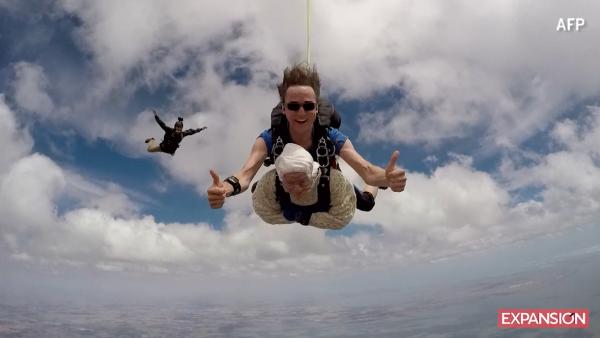 Con 102 años, ella es la paracaidista más grande del mundo