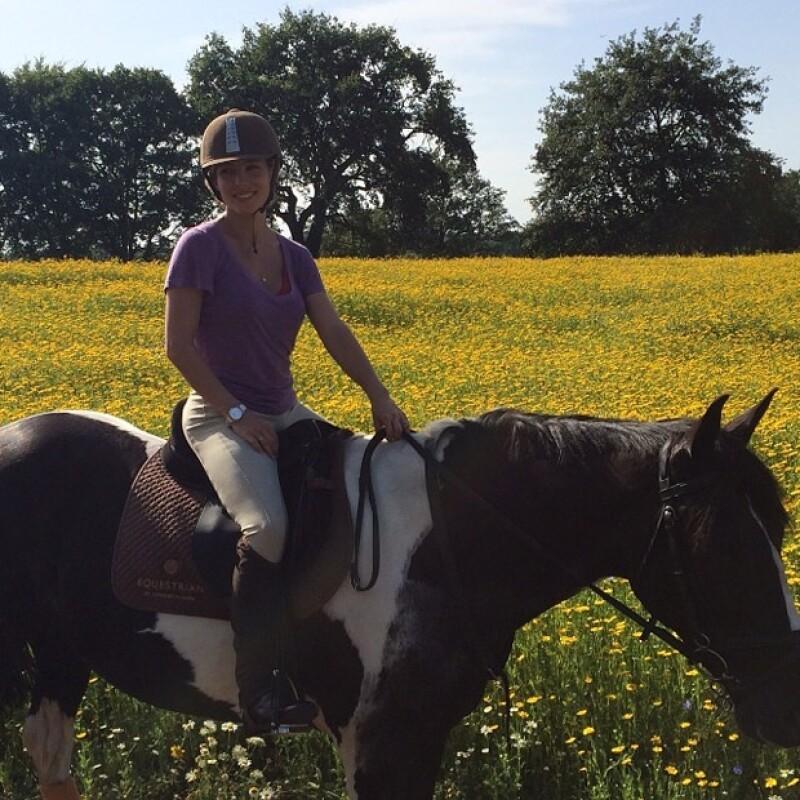 Elsa Pataky confesó que uno de sus pasatiempos favoritos es montar a caballo. Vaya que le queda bien.