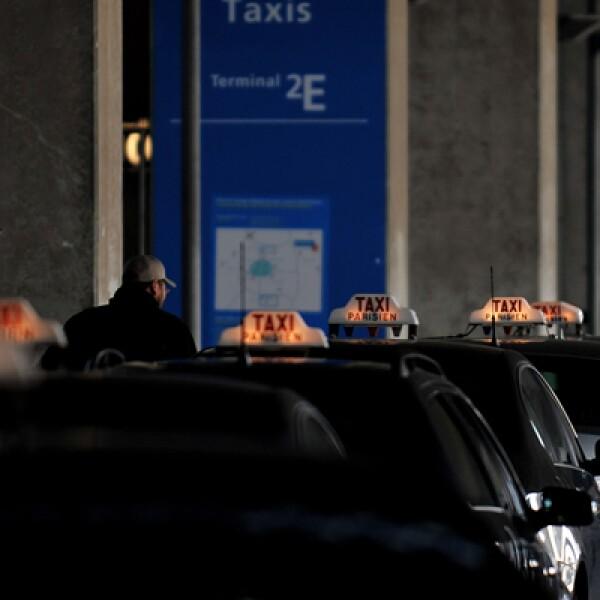 En la 'capital del amor', más allá del color, que puede variar, lo tradicional es el copete de los autos con el texto: TAXI PARISIEN