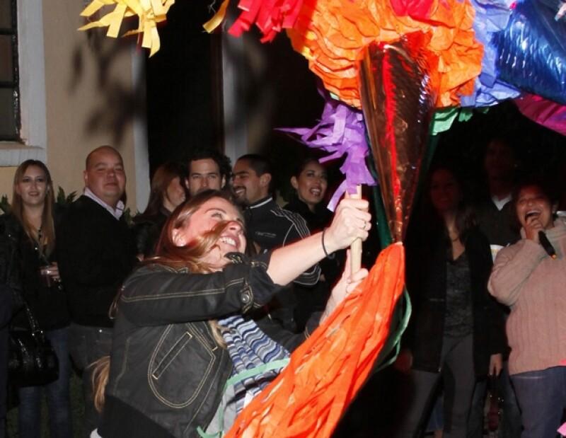 La actriz fue de las primeras en pasar a pegarle a la piñata.