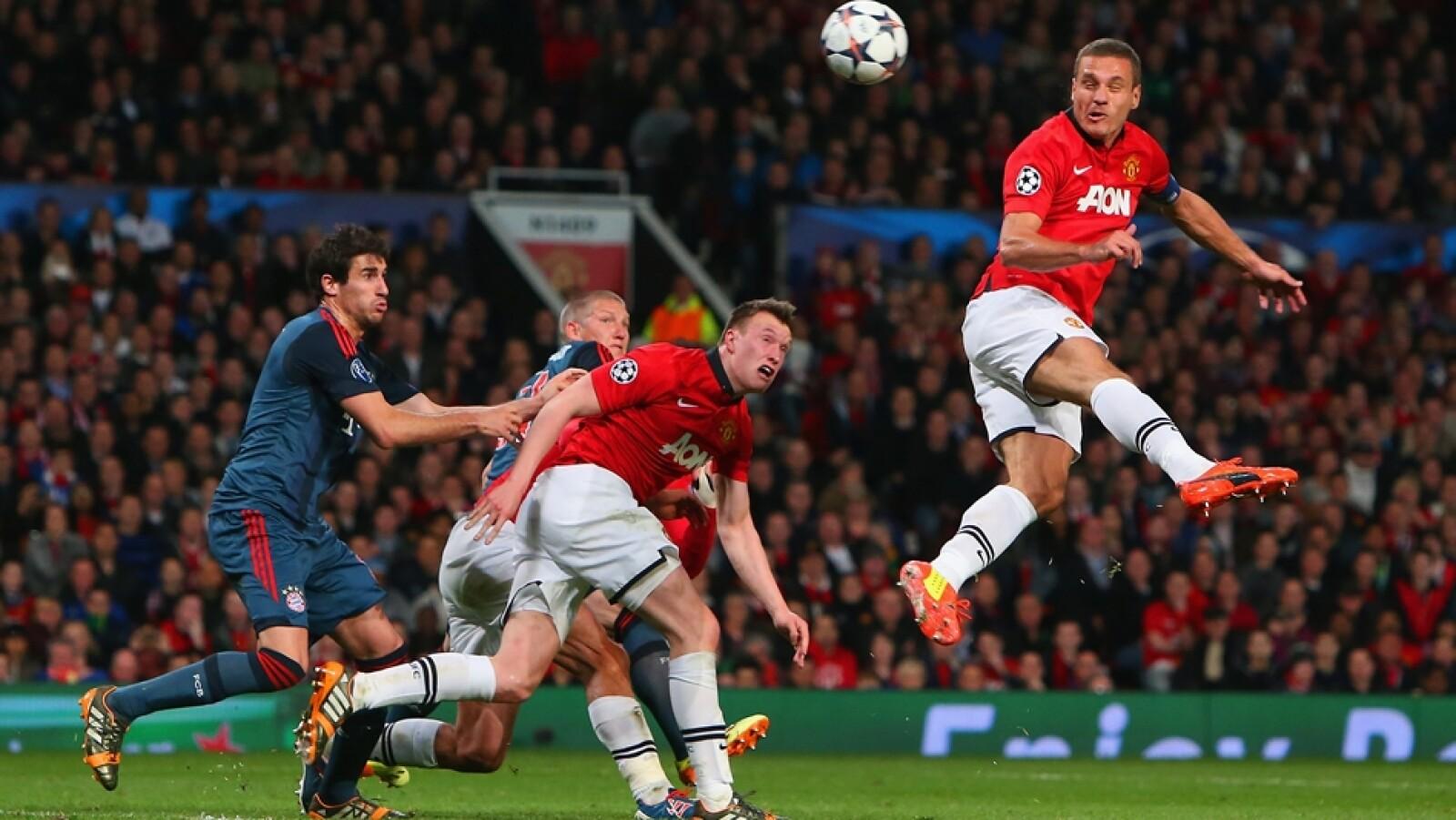 El serbio Nemanja Vidic  del Manchester United remata un balón en el área