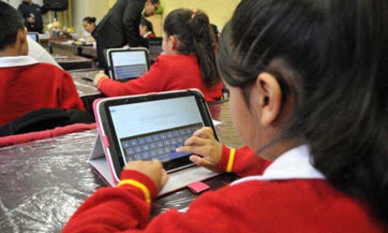 Alumnos de quinto y sexto grado trabajan con las tabletas entregadas por la SEP (Foto: Cuartoscuro/Archivo)
