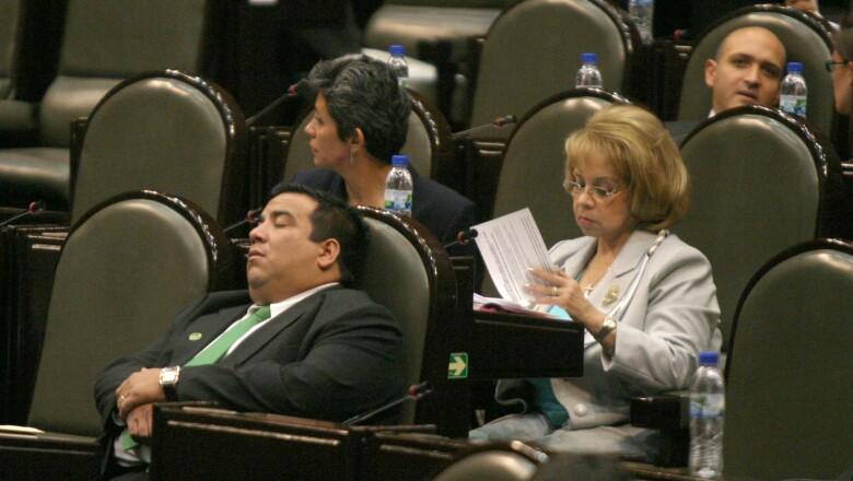 Este diputado fue captado en profundo sueño.