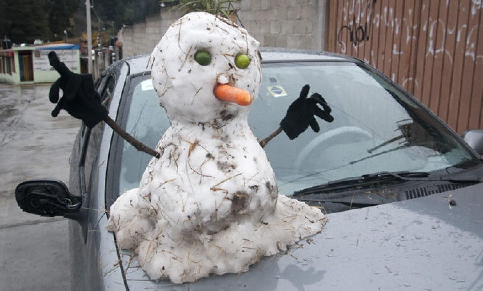 En la vía pública, algunas personas construyeron muñecos de nieve.