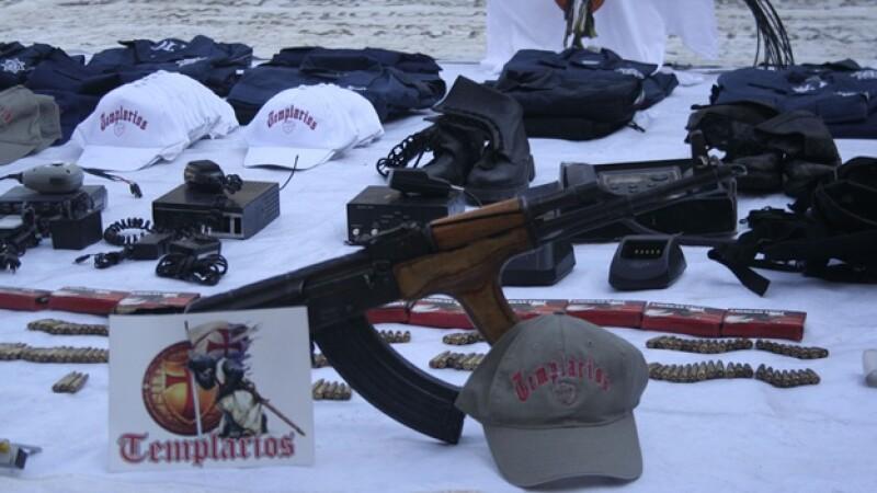 gorras y armas de caballeros templarios