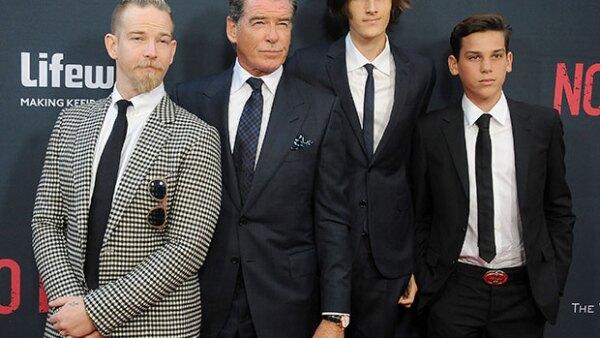 """Si creías que el actor no había heredado sus buenos genes a sus hijos, checa las fotos de la premiere """"No Escape"""" en la que Sean, Dylan y Paris robaron el spotlight a su papá."""