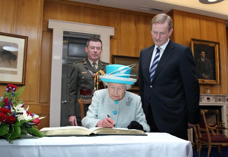 Reina Isabel firmando