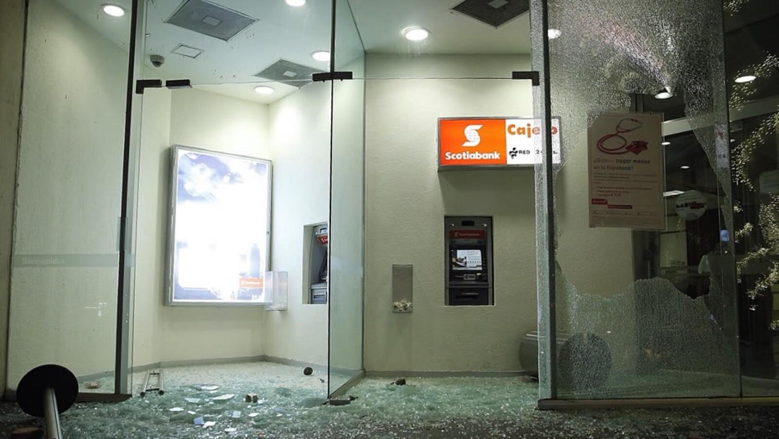 Una sucursal de un banco fue dañada por manifestantes encapuchados en la Ciudad de México