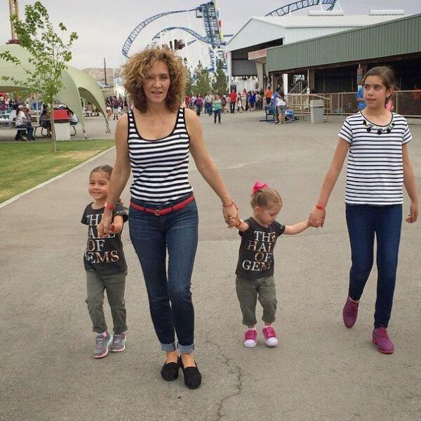 Al parecer, ella se encuentra en Texas con sus dos hijas Valentina y Mariaignacia, desde donde compartió esta imagen en un parque de diversiones.