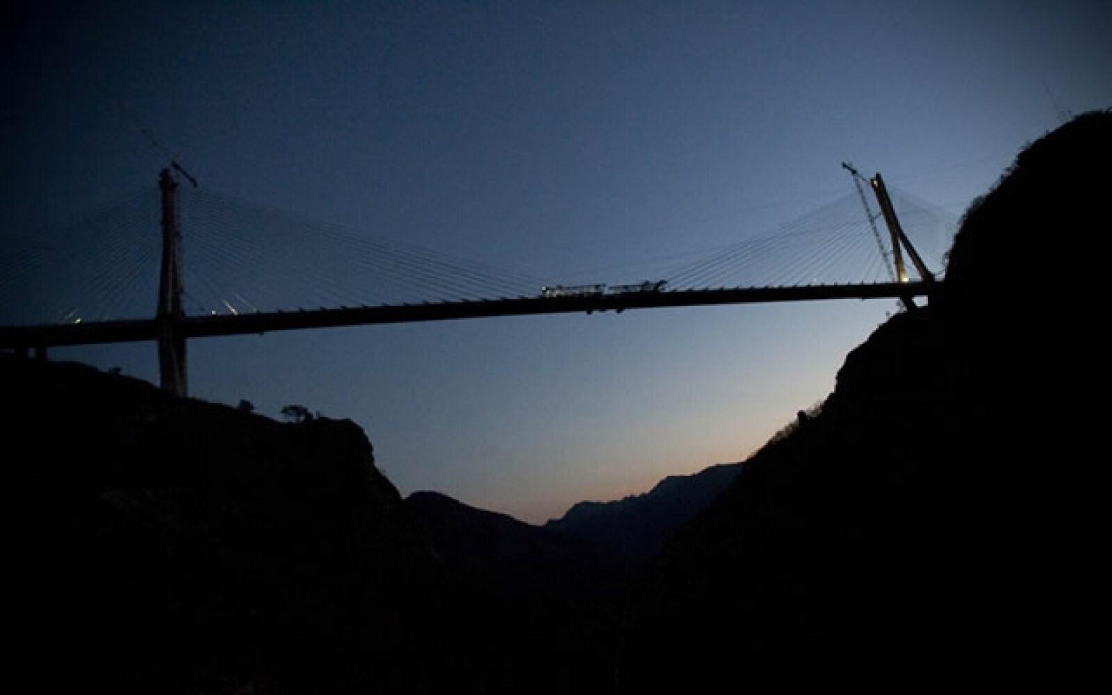 Récords Guinness certificó al Puente Baluarte Bicentenario como el más alto del mundo.