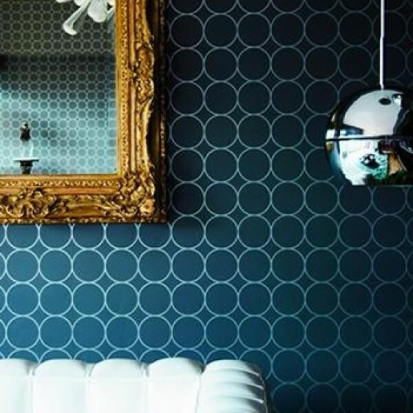 El estilo que mezcla de todo, la geometría del papel tapiz con la ornamentación clásica del espejo.