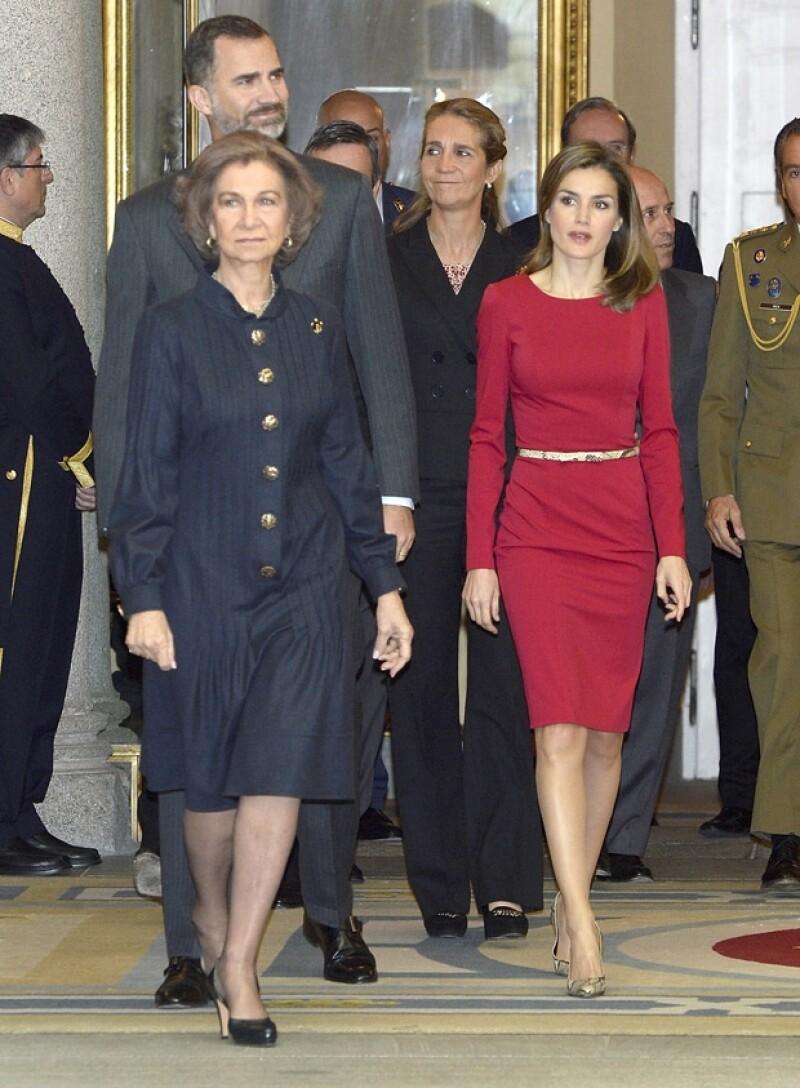 Durante la entrega de los Premios Nacionales del Deporte, la princesa de Asturias recicló por séptima ocasión un vestido Varela rojo, mientras que la soberana estrenó un Óscar de la Renta.
