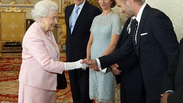 El ex futbolista se reunió con la reina Elizabeth en el palacio de Buckingham para premiar a los ganadores del programa Young Leaders.