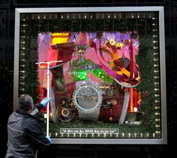 05-bloomingdales-holiday-windows-2018