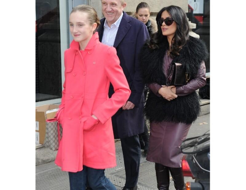Mathilda lleva una buena relación con la segunda esposa de su padre, Salma Hayek, en esta imagen los tres asistieron al desfile de Gucci.