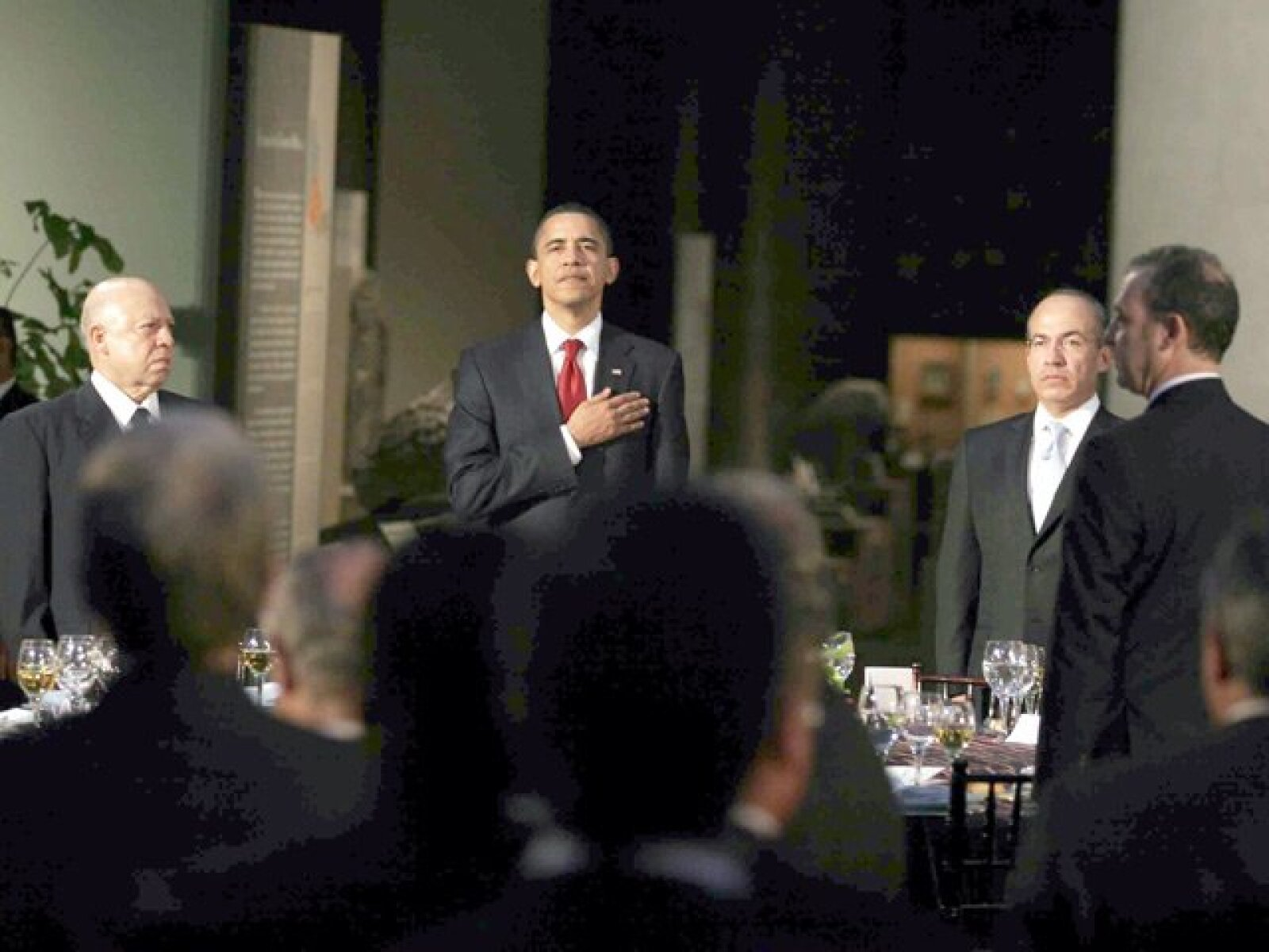Muy patriota y serio, Barack Obama escuchó el himno de su país.