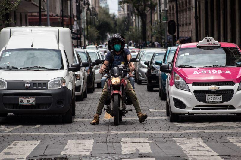 Luego de que el semáforo epidemiológico cambiara de rojo a naranja, se ha registrado un incremento de tránsito en las calles del Centro de la Ciudad de México.