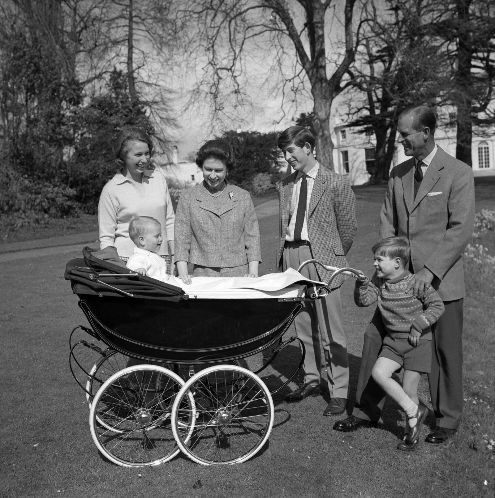 Cumpleaños 39 de la reina Isabel con su esposo Felipe y sus cuatro hijos.