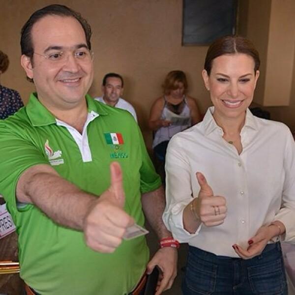 El gobernador de Veracruz, Javier Duarte de Ochoa, fue a emitir su voto en la ciudad de Córdoba. El mandatario acudió acompañado por su esposa Karime Macías.