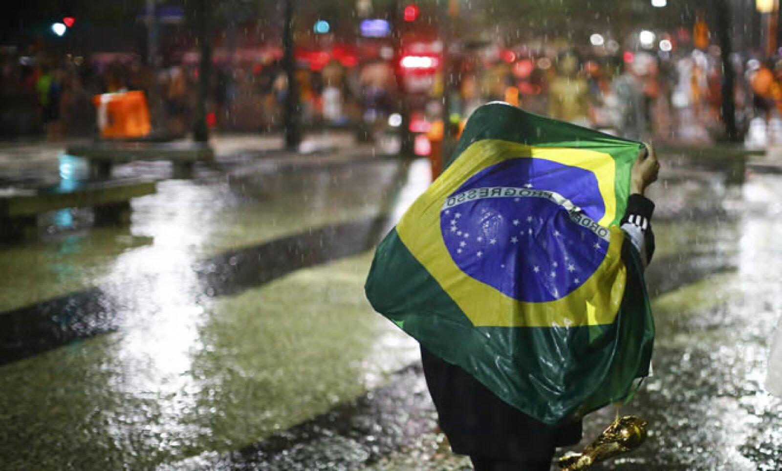 Una lluvia en Rio de Janeiro acompañó a los brasileños que vagaban por las calles tras acabar con el sueño de levantar su sexto trofeo que para ellos sería La Copa.