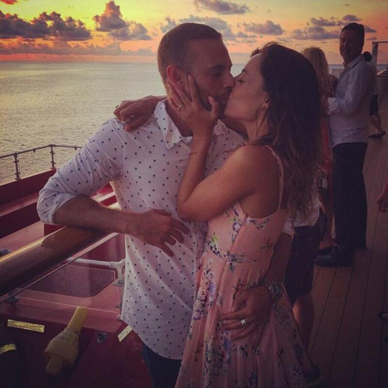 A pesar de los rumores de ruptura, la pareja de actores demuestra que el amor triunfa al final. Con una romántica foto, Marimar confirma la feliz noticia, mostrando anillo de compromiso en mano.