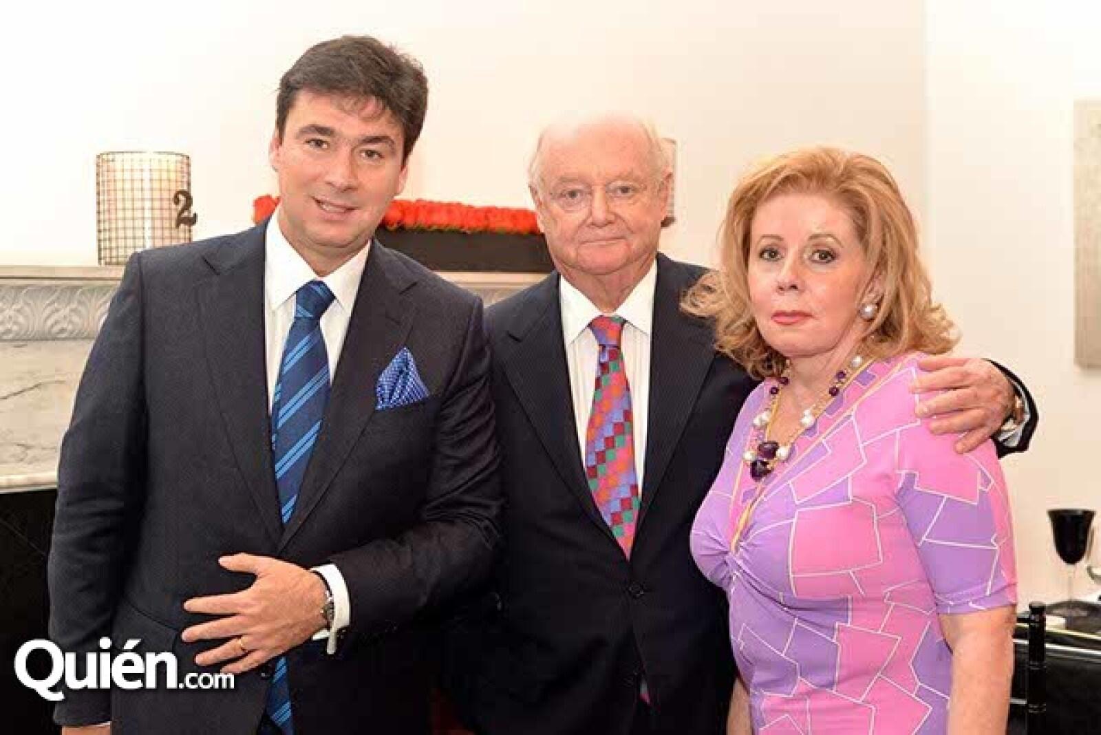 Ernesto Álvarez Murphy con Juan y Doris Beckman.