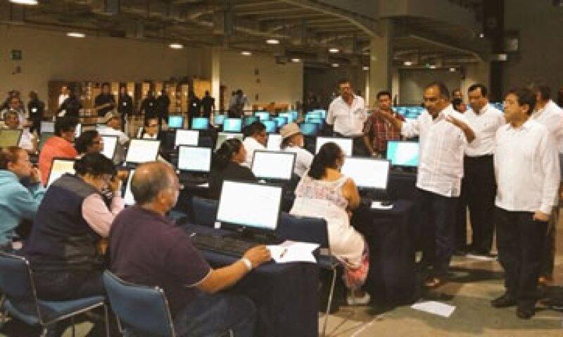 Maestros inconformes apagaron las computadoras y detuvieron la aplicación, minutos más tarde otros continuaron. (Foto: Gobierno de Guerrero/ Cortesía )