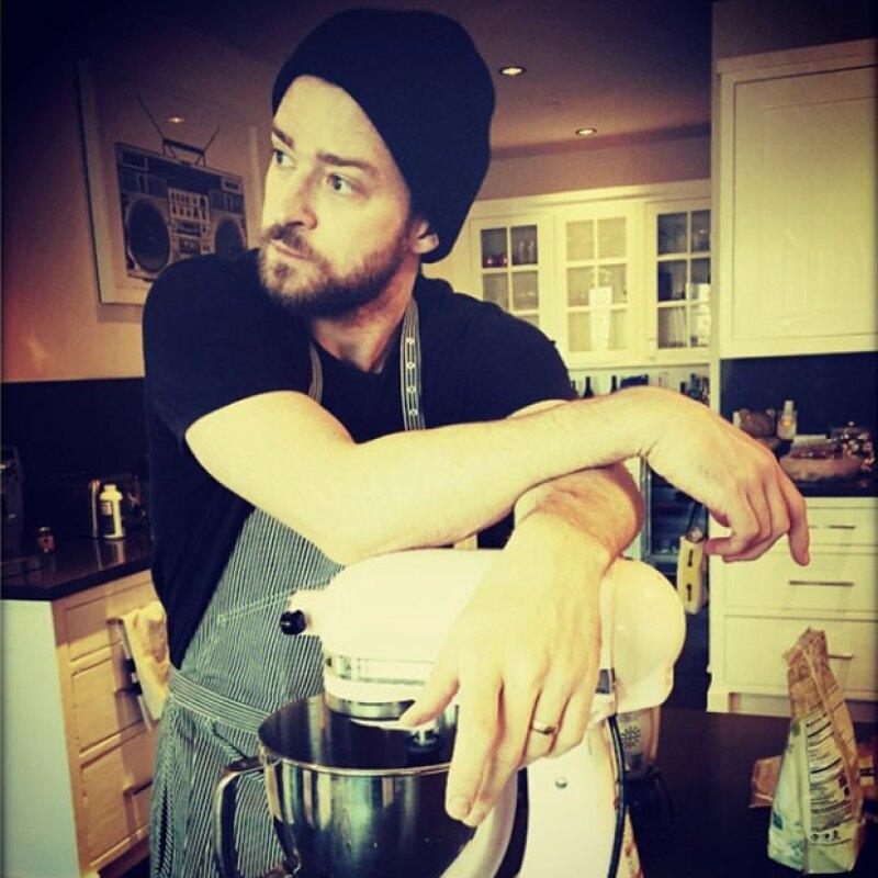 El cantante compartió en Instagram una foto en la que se ve listo para preparar un postre para su esposa.