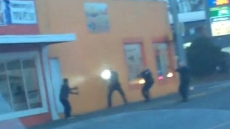 Antonio Zambrano (izquierda) es agredido a balazos por la policía de Pasco, Washington