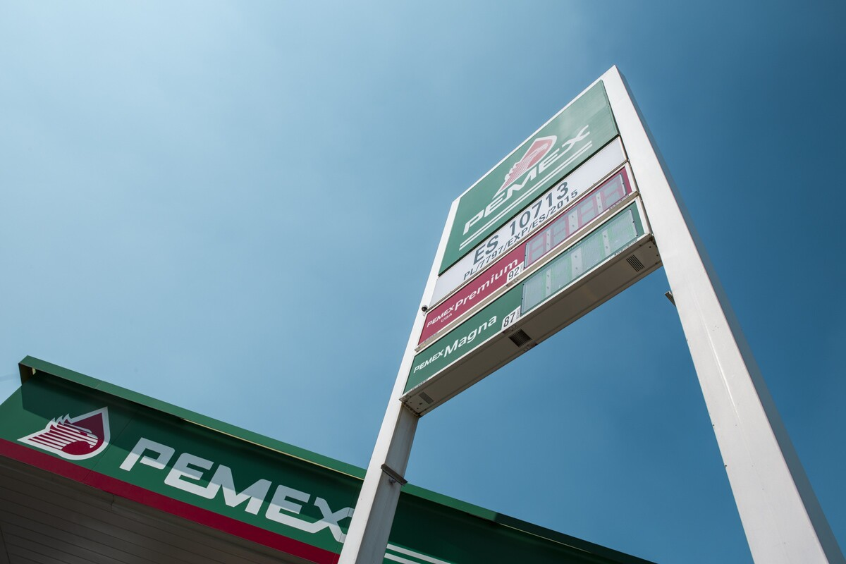 Fitch degrada la nota de Pemex aún más en la zona de bonos basura
