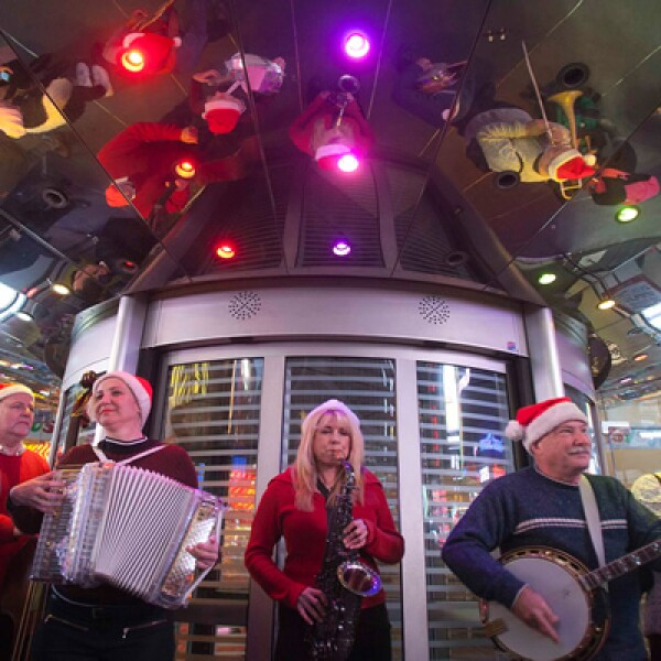 Una banda tocó música navideña en una de las tiendas de Toys R Us ubicada Times Square en Nueva York.