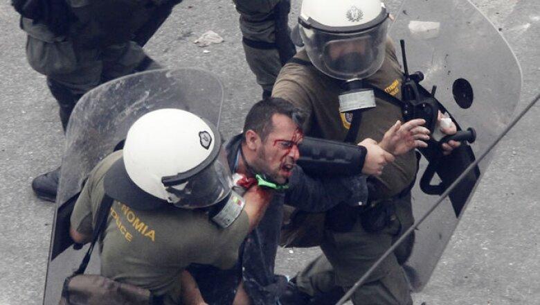 El Parlamento griego aprobó este miércoles, entre protestas, un plan de austeridad para recibir una nueva ronda de préstamos que le permitirá al Gobierno evitar un cese de pagos.