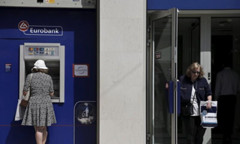 Ahorradores han estado retirando entre 200 y 250 mde al día de los bancos en las últimas semanas. (Foto: Reuters )