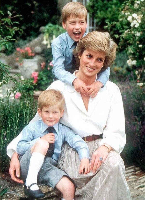 Por romper los esquemas del protocolo real para buscar que William y Harry llevarán una infancia normal. Lady Diana sigue siendo una de las madres más inolvidables del mundo.