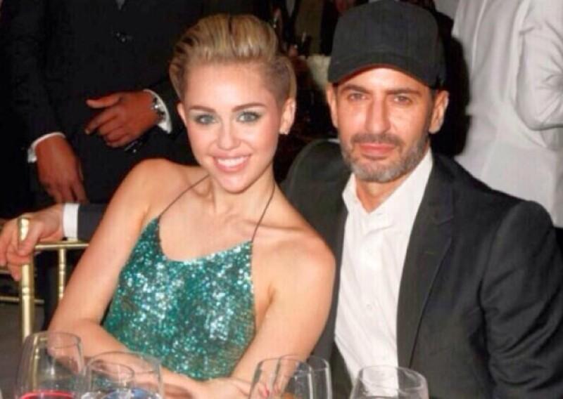 Miley Cyrus fue invitada por la firma del diseñador para presentar y entregar un premio.