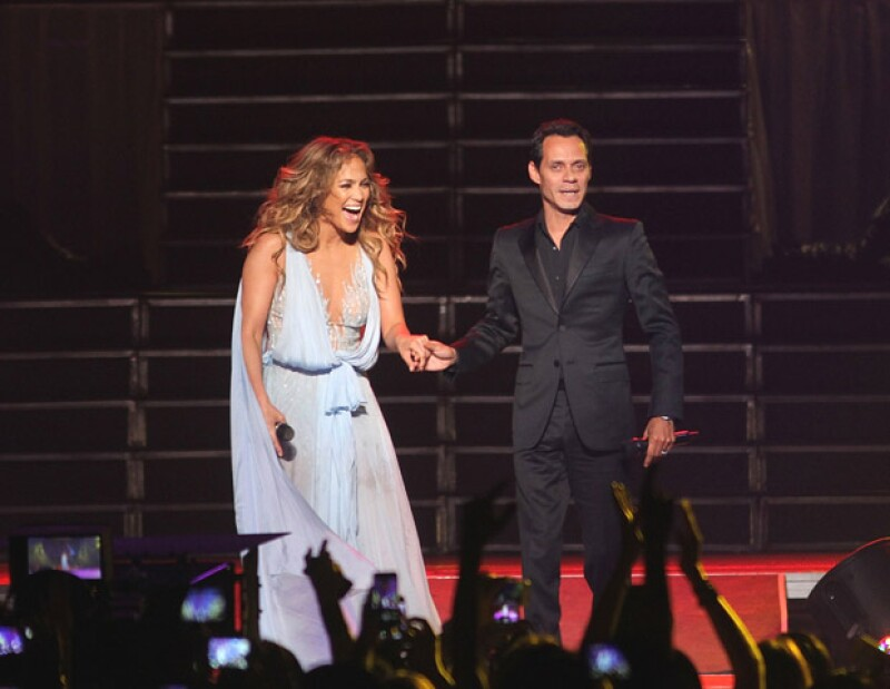 Según narra People, su unión sobre el escenario provocó euforia en el público, que gritaba y aplaudía mientras los ex esposos cantaron y por un momento se tomaron de la mano.