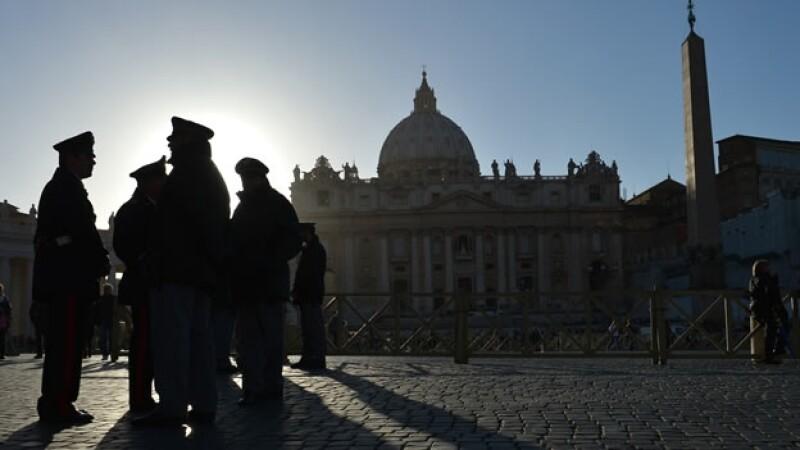 Carabineros italianos vigilan el Vaticano