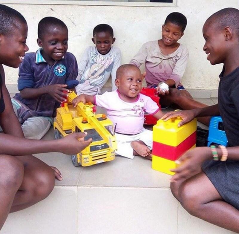 Hope luce feliz con otros niños del orfanato de Anja Ringgren.