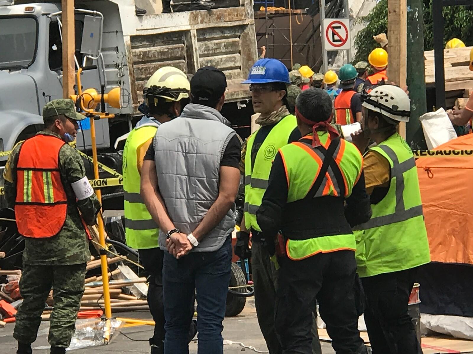 Sergio Mayer Bretón ayudando a rescatistas en el edificio de Á