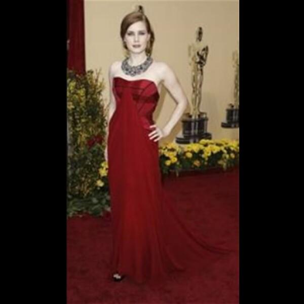 Ella compartió créditos en La Duda con Meryl Streep, llevó un vestido de Carolina Herrera, zapatos de Christian Louboutin y un llamativo collar de Fred Leighton con más de 630 quilates de esmeraldas, rubíes y zafiros.