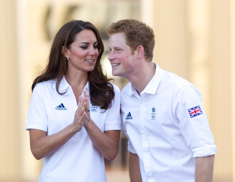 El Príncipe pasó media hora en una tienda que se caracteriza por ropa a bajo costo. Según HollywoodLife.com, el monarca compró una camiseta, sudadera y ropa interior.