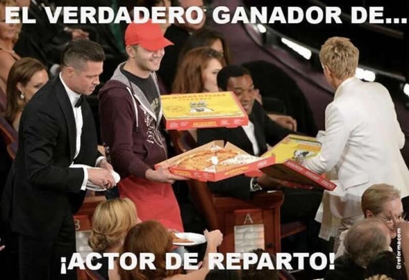 Brad Pitt ayudó a Ellen a repartir los platos desechables para la pizza.