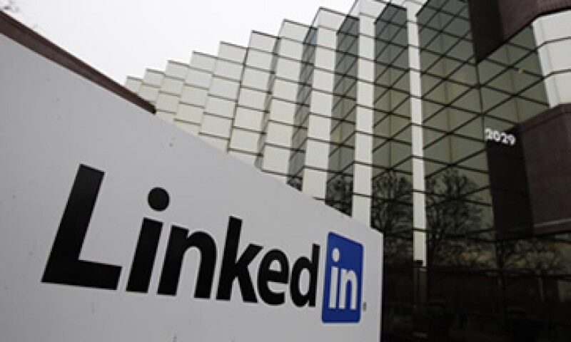LinkedIn es una red social profesional que permite la interacción entre empleadores y profesionistas que buscan empleo. (Foto: Archivo)