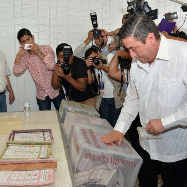 Luego de acudir a votar, el candidato por el PRI a la gubernatura de Tamaulipas, Baltazar Hinojosa Ochoa, dijo que se trasladará a Ciudad Victoria en donde esperará el avance de los resultados del Programa de Resultados Electorales Preliminares (PREP). Indicó que aún no hay nada asegurado para su partido.