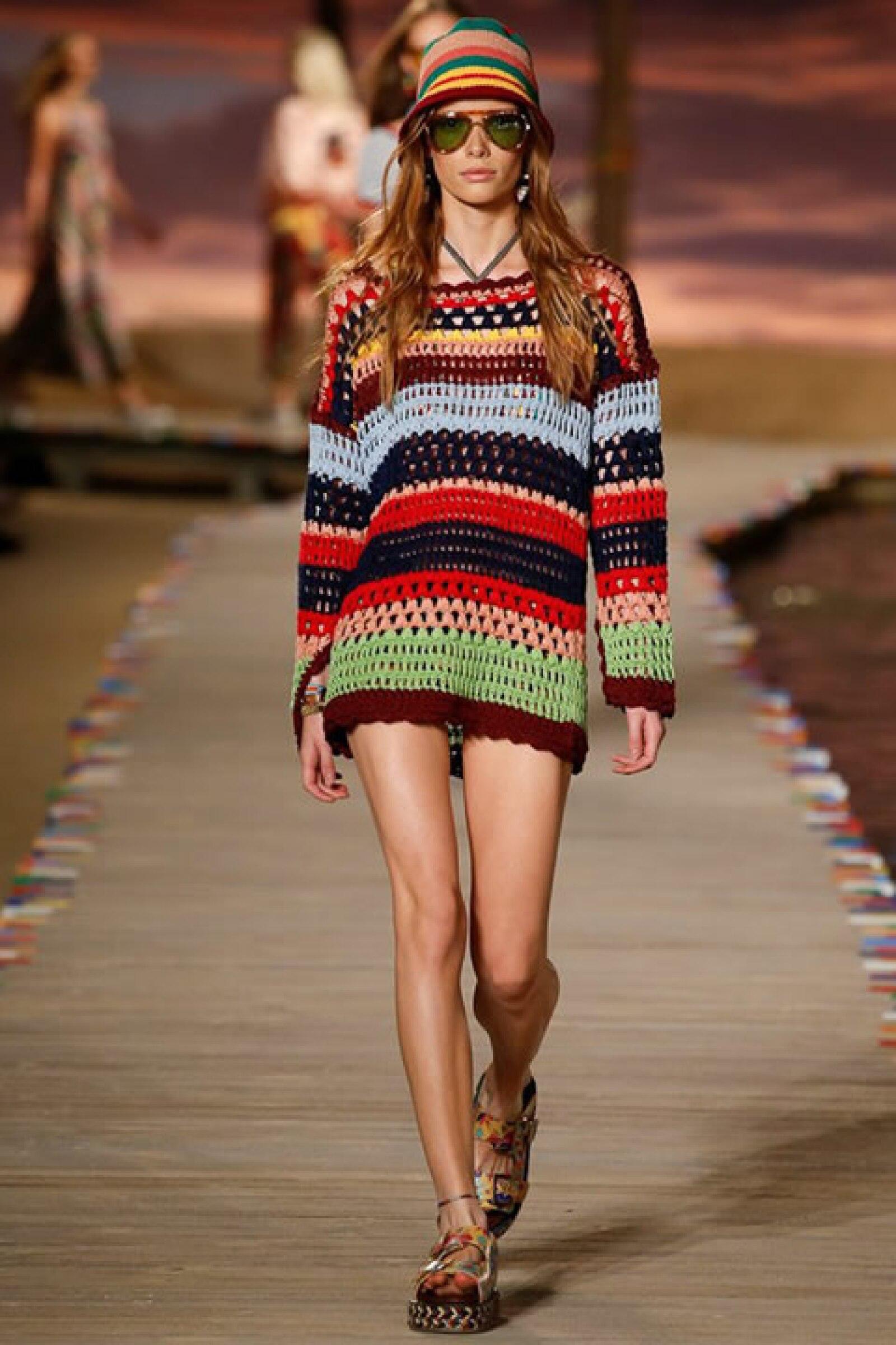 Suéter rayado de crochet, monokini de print tropical y sandalias.