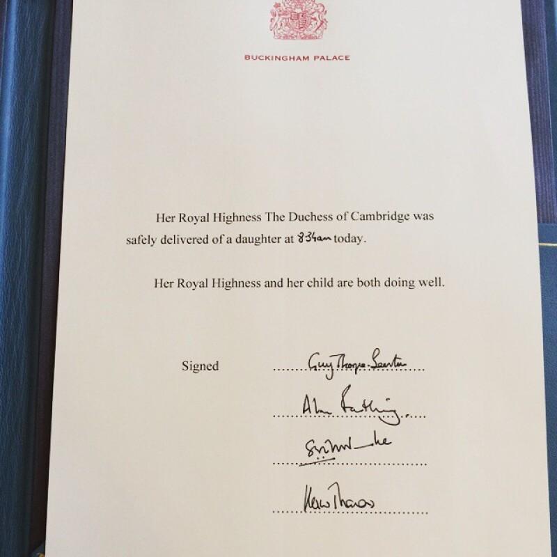 Antes de que se colocara en el mismo caballete en el que anunciaron la llegada del príncipe George, tomaron una foto del papel membretado en el que se dio el anuncio oficial sobre el nacimiento de la bebé.